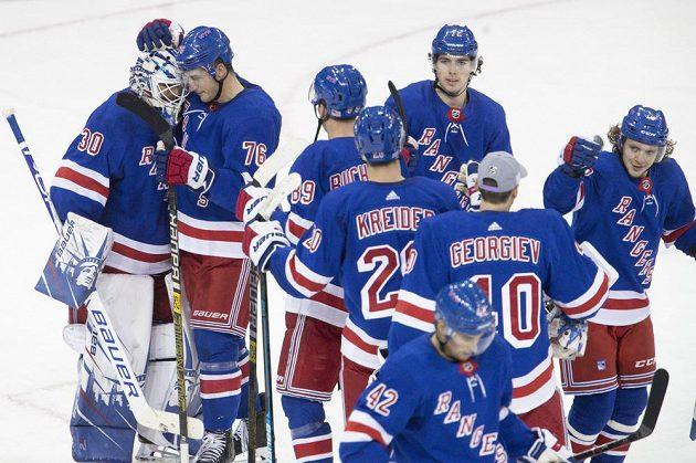 Hokejisté Rangers se radují z vítězství