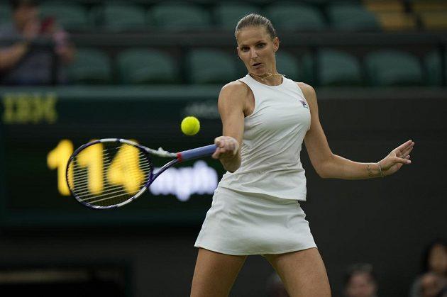 Karolína Plíšková během čtvrtfinále Wimbledonu v zápase se Švýcarkou Viktorijí Golubicovou.