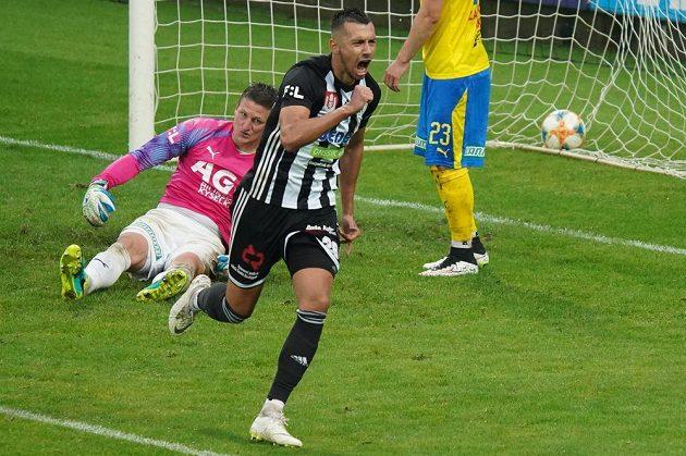 Zleva brankář Teplic Tomáš Grigar a z gólu se radující Ivan Schranz z Českých Budějovic.