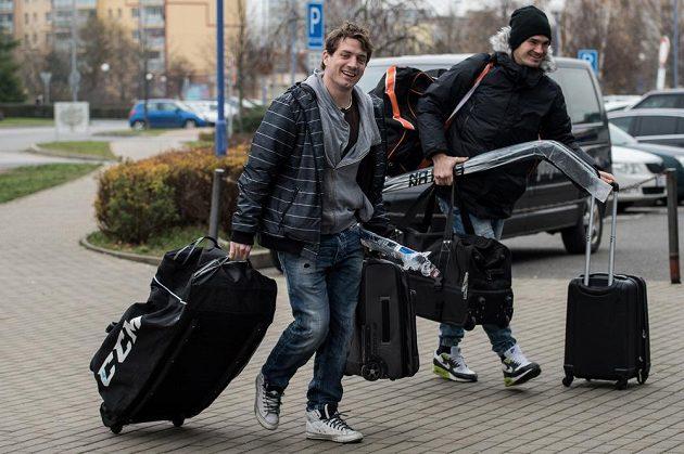 Petr Koukal (vlevo) a Jan Kolář míří na sraz české hokejové reprezentace před turnajem Channel One Cup.