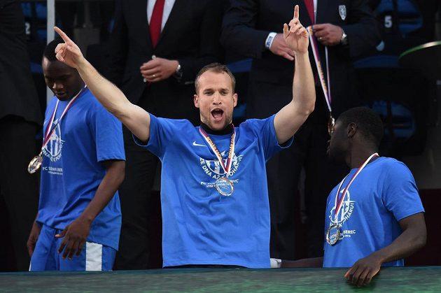 Brankář Liberce Lukáš Hroššo se raduje ze zisku poháru.