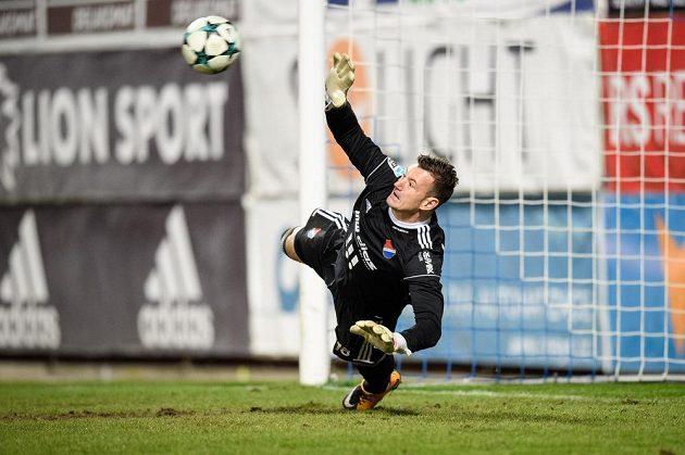 Ostravský brankář Jan Laštůvka během penaltového rozstřelu v utkání čtvrtfinále MOL Cupu v Mladé Boleslavi.