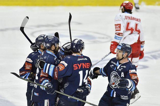 Hokejisté Liberce se radují z prvního gólu ve finále proti Třinci.