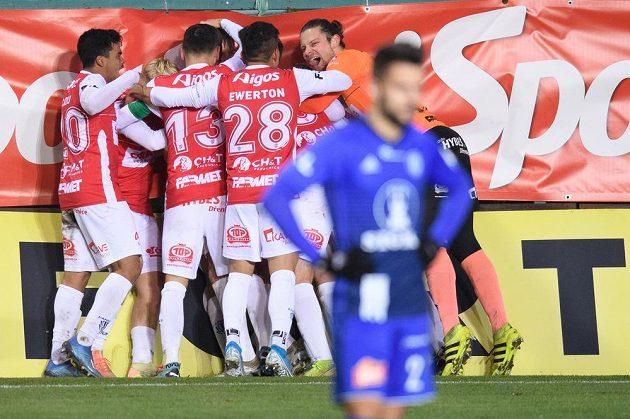Fotbalisté Pardubic oslavují gól na 1:1
