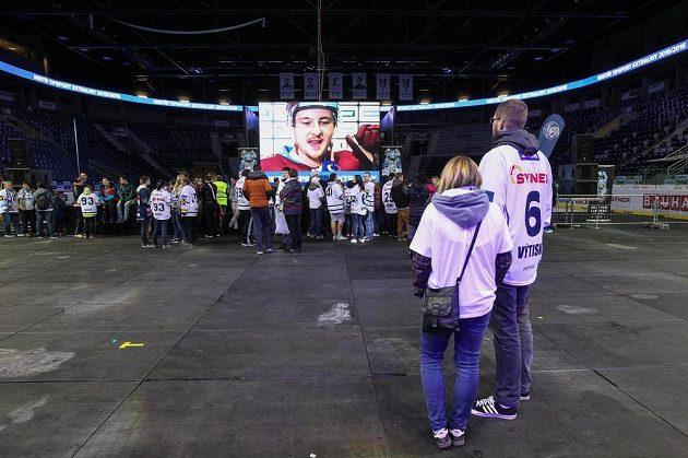 Fanoušci Liberce čekají na příjezd hokejistů v Home Credit Areně.