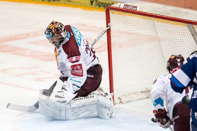 Brankář Sparty Praha Tomáš Pöpperle inkasuje třetí gól v prvním čtvrtfinále Generali play off. Sparta prohrála s HC Kometa Group 2:3.