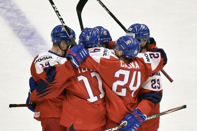 Čeští hráči se radují z gólu v zápasu proti Rusku.