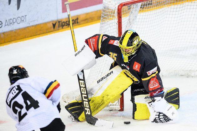 Brankář Litvínova Denis Godla inkasuje gól od Matúše Sukeľa ze Sparty.