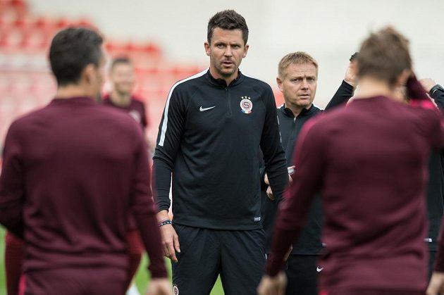 Sparťanští trenéři David Holoubek (uprostřed) a Stanislav Hejkal (vpravo) během tréninku před utkáním základní skupiny Evropské ligy s Interem Milán.
