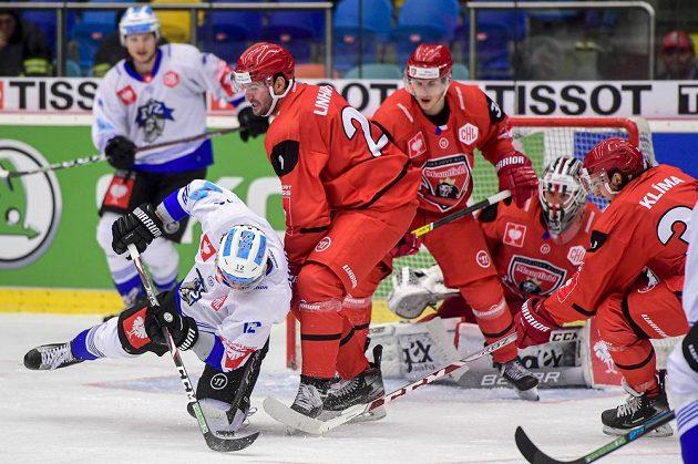 Hokejisté Yannick Zehnder ze Zugu a Tomáš Linhart, Lukáš Vopelka, brankář Marek Mazanec a Kevin Klima z Hradce Králové během čtvrtfinále Ligy mistrů.