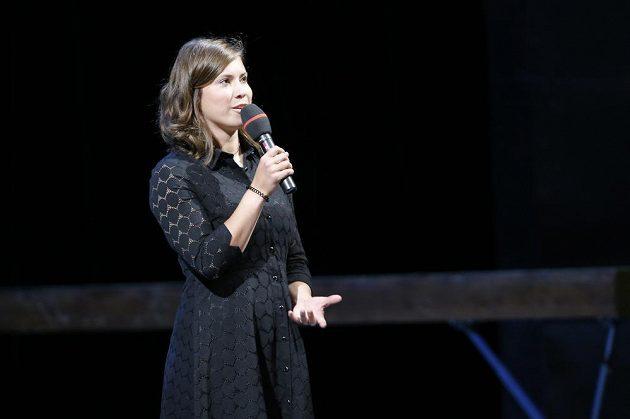 Snowboardkrosařka Eva Samková při posledním rozloučení s Věrou Čáslavskou v Národním divadle.
