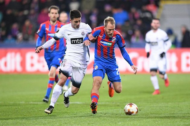 Plzeňský Daniel Kolář bojuje o míč Markem Jankovičem z Partizanu.