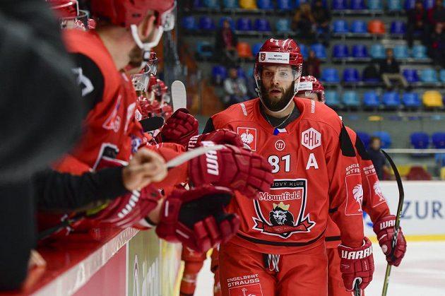 Střelec gólu Tomáš Vincour (vpředu vpravo) z Hradce Králové během utkání skupiny H hokejové Ligy mistrů.