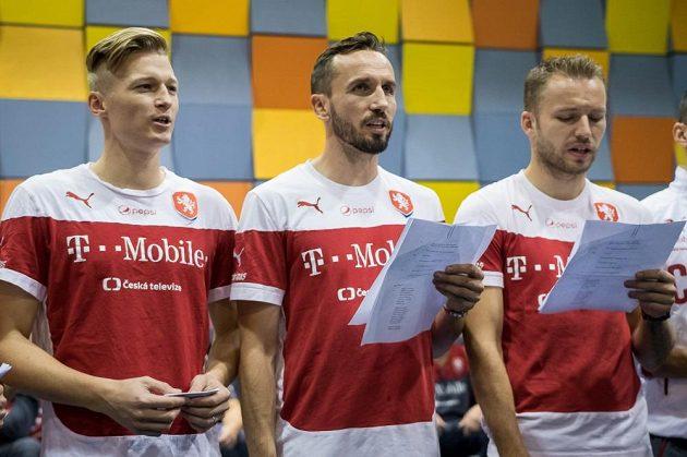 Čeští fotbaloví reprezentanti (zleva) Václav Procházka, Tomáš Sivok a Michal Kadlec v nahrávacím studiu.