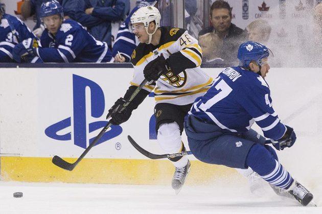Hokejista Bostonu Bruins David Krejčí (vlevo) projíždí kolem Lea Komarova z Toronta.