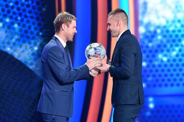 Tomáš Hübschman předává ocenění za druhé místo v anketě Fotbalista roku Pavlu Kadeřábkovi