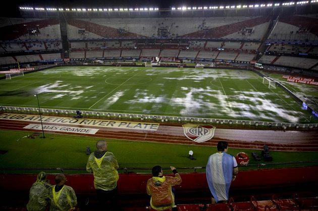 Fanoušků Argentiny by jindy bylo plné hlediště, jenže kvůli přílivu deště řada z nich nedorazila.