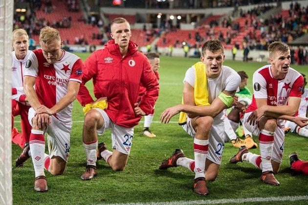 Fotbalisté Slavie Praha (zleva): Mick van Buren, Tomáš Souček, Tomáš Necid a Jakub Jugas zdraví fanoušky po duelu s Villarrealem.