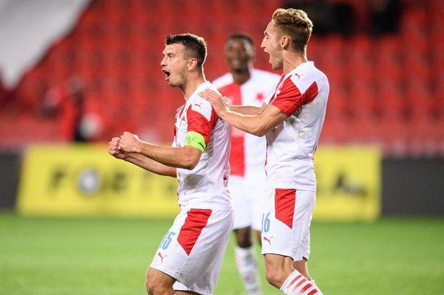Ondřej Kúdela (vlevo) a Jan Kuchta ze Slavie oslavují gól na 2:0 během utkání 5. kola ligy proti Slovácku.