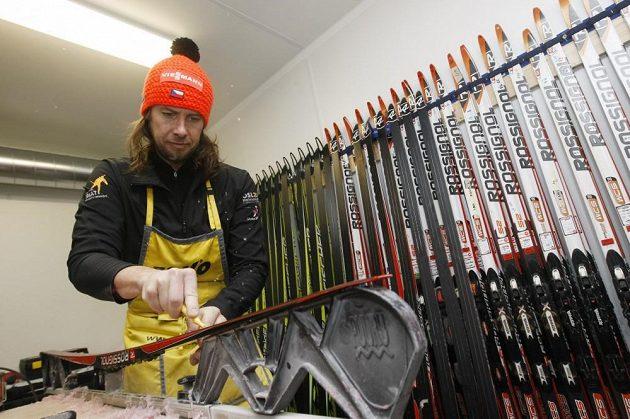 Hlavní servisman českého týmu Němec Danilo Müller při přípravě lyží závodníkům.