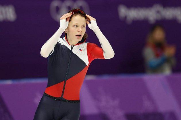Nikola Zdráhalová vyhlíží tabuli s výsledným časem. Nakonec jí stačil čas 1:58,03 s na jedenáctou příčku.