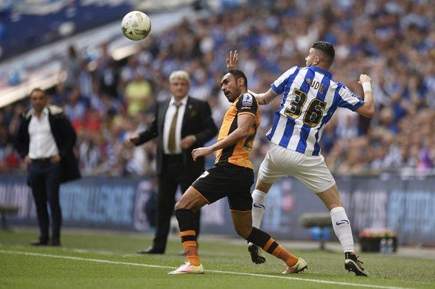 Fotbalista Hullu City Ahmed Elmohamady v souboji s Danielem Pudilem (vpravo) ze Sheffieldu Wednesday ve finále play off o postup do anglické fotbalové ligy.