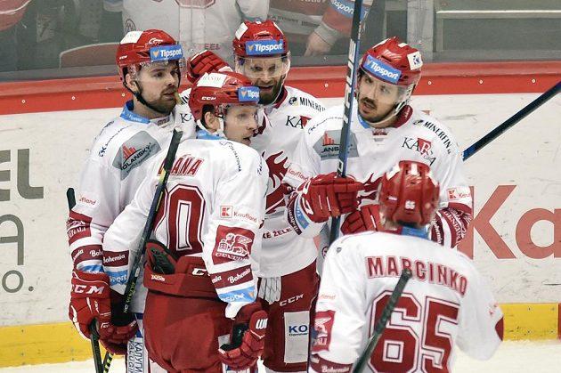 Hokejisté Třince se radují z gólu. Zleva Milan Doudera, Petr Vrána, Martin Růžička, autor gólu Matěj Stránský a Tomáš Marcinko.