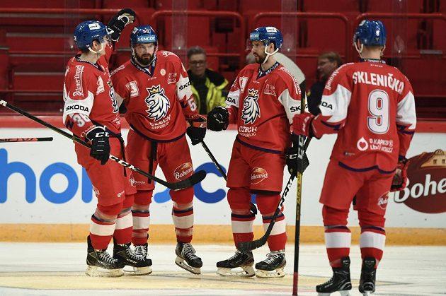 Roman Horák (druhý zleva) oslavuje se spoluhráči svůj gól proti Finsku.