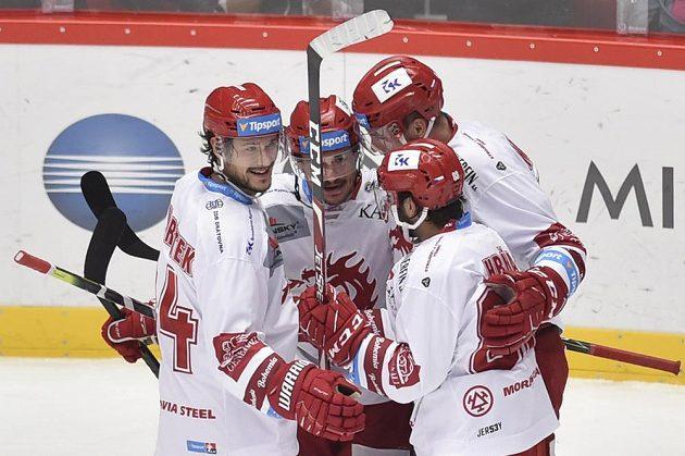 Hráči Třince se radují z prvního gólu proti Liberci. Zleva Matěj Stránský, autor gólu Vladimír Dravecký, Tomáš Marcinko a Erik Hrňa.