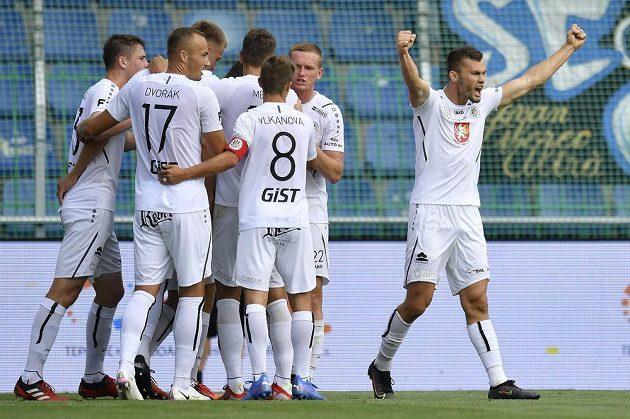Erik Prekop z Hradce Králové (vpravo) se raduje se spoluhráči z gólu.