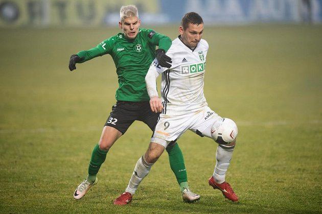 Martin Nový z Příbrami a Roman Haša z Karviné během utkání.