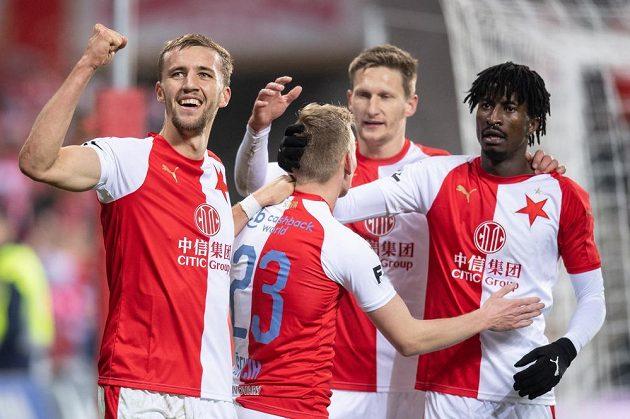 Fotbalisté Slavie Praha Tomáš Souček, Petr Ševčík, Milan Škoda a Peter Olayinka oslavují trefu proti Teplicím.