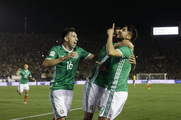 Mexický útočník Oribe Peralta (vpravo) se raduje ze vstřeleného gólu. Vedle něj jeho spoluhráči Hirving Lozano a Hector Herrera.