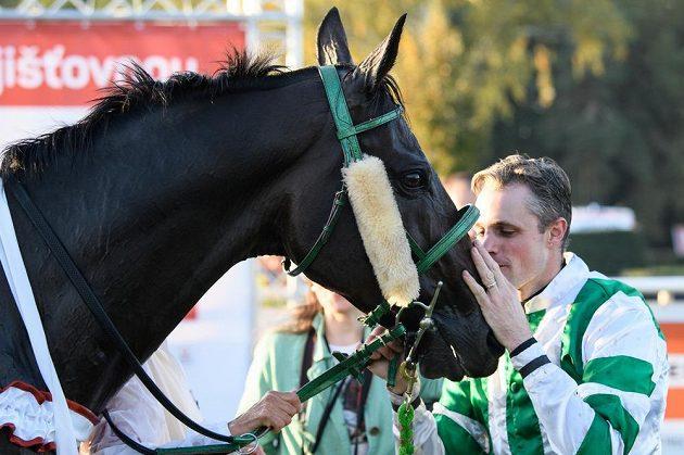 Vítěz dostihového 129. ročníku závodu Velká pardubická žokej Josef Bartoš a kůň Theophilos.