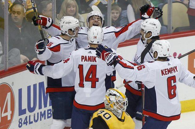 Hokejisté Washingtonu Capitals slaví v utkání NHL.