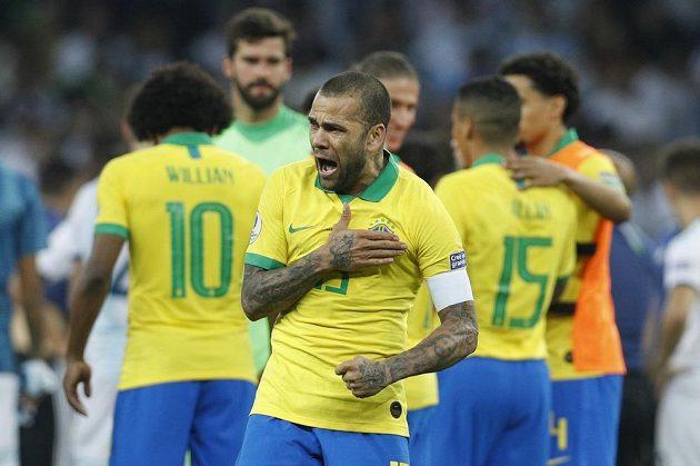 Brazilský fotbalista Dani Alves slaví vítězství nad Argentinou.