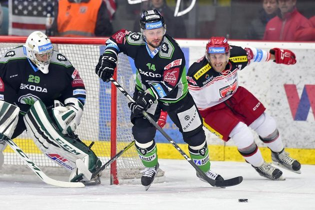 Boleslavský Petr Vampola vyváží puk od branky svého týmu.