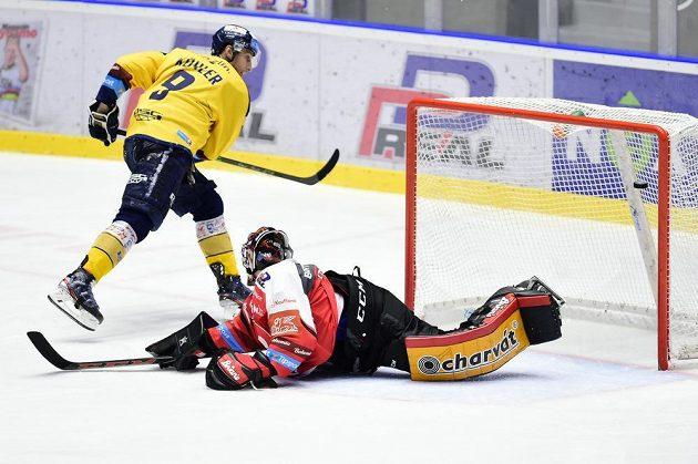 Bedřich Köhler ze Zlína dává z trestného střílení první gól. Vpravo je brankář Pardubic Dominik Frodl.