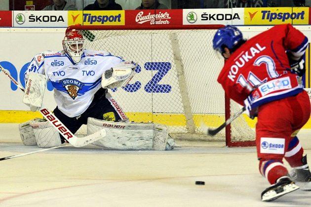 Český hokejový útočník Petr Koukal (vpravo) před finským brankářem Jonim Ortiem.
