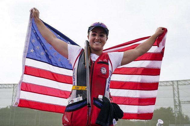 Americká střelkyně Amber Englishová se raduje ze zlaté medaile ze skeetu.