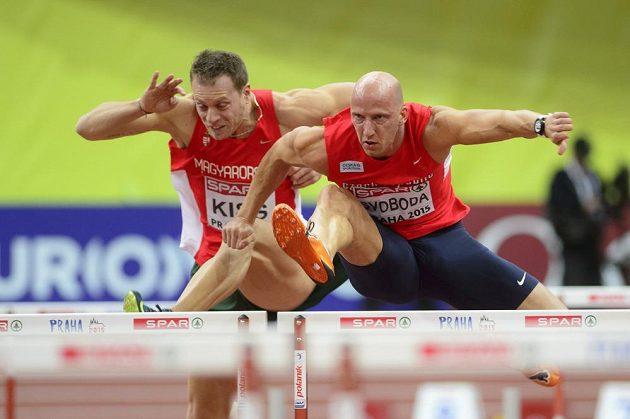 Petr Svoboda (vpravo) při rozběhu závodu na 60 metrů překážek.