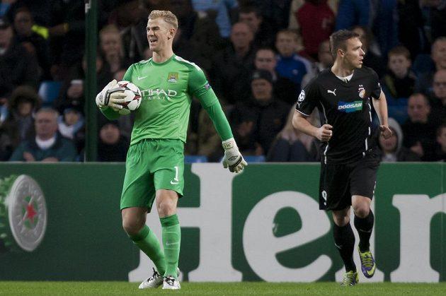 Brankář Manchesteru City Joe Hart (vlevo) a plzeňský útočník Stanislav Tecl v utkání Ligy mistrů.