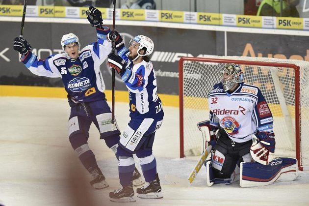 Jakub Krejčík a střelec Martin Zaťovič z Brna se radují z gólu, vpravo je brankář Vítkovic Patrik Bartošák.
