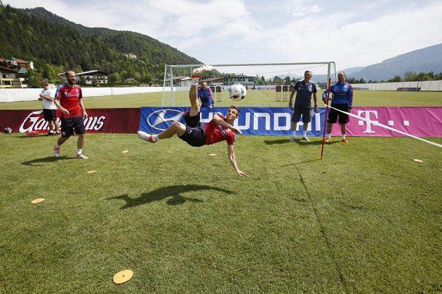 Vladimír Darida při nohejbalovém klání na tréninku české fotbalové reprezentace v Kranzachu.