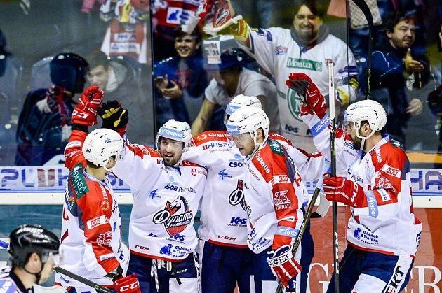 Hráči Pardubic oslavují druhý gól v duelu s Chomutovem.