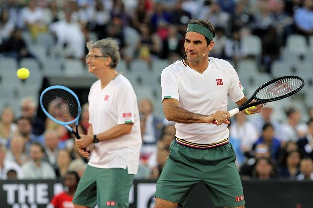 Taková dvojice se jen tak nevidí, Roger Federer (vpravo) a Bill Gates v exhibičním utkání proti Rafaelu Nadalovi a Trevoru Noahovi v Kapském městě.