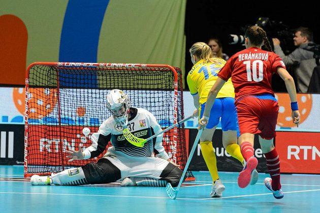 Moa Gustafssonová (uprostřed) ze Švédska střílí gól během utkání na MS florbalistek. Vlevo je brankářka ČR Jana Christianová, vpravo je Vendula Beránková z ČR.