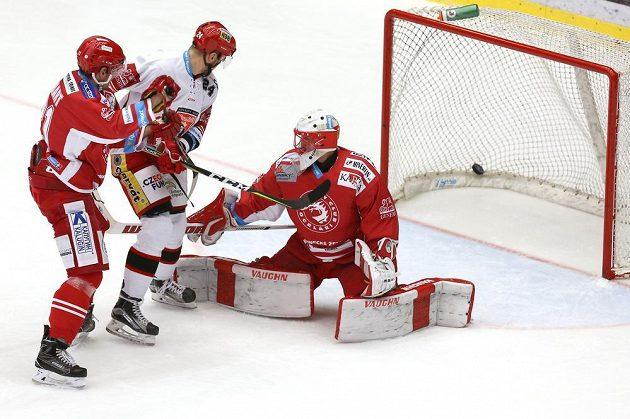 Šimon Hrubec z Třince inkasuje gól.
