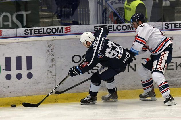 Plzeňský hokejista Miroslav Preisinger se snaží uniknout dotírajícímu Tomáši Jáchymovi z Vítkovic během extraligového utkání.