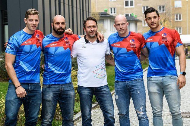 Posádka českého čtyřbobu (zleva): Dominik Dvořák, Dominik Suchý, trenér Dawid Kupczyk, Jan Šindelář a Jakub Nosek.